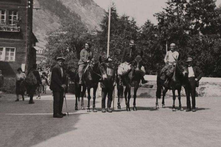 Alice Damesme, Jessie Whitehead et Miriam O'Brien prennent la pose sur le dos des chevaux qui ...