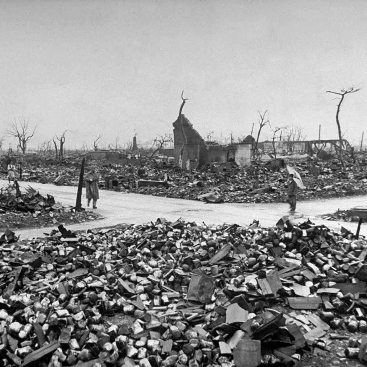 Les résidents errent au milieu des décombres des bâtiments détruits par la bombe atomique larguées quelques ...