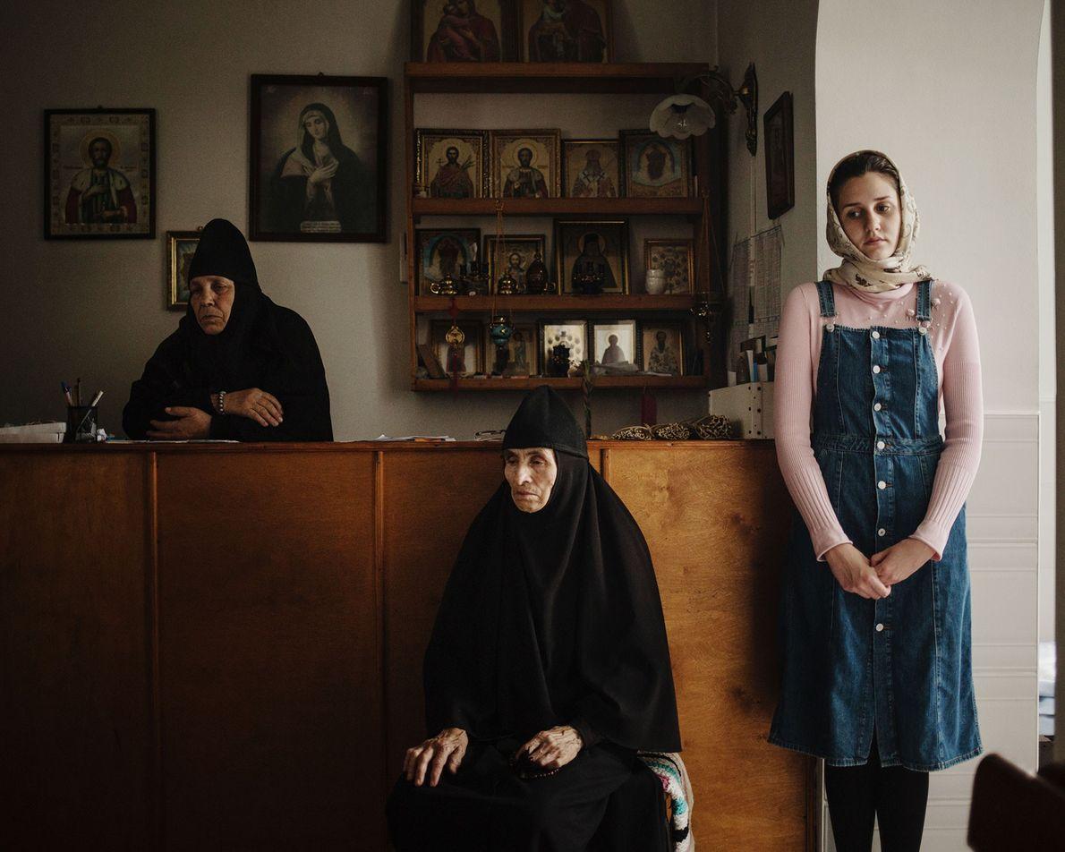 À l'intérieur du monastère de Lunga, des femmes assistent à la messe.