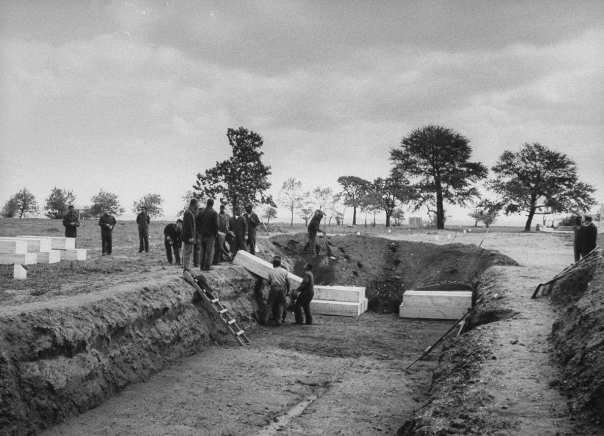 En 1963, des prisonniers enterrent les corps de personnes empoisonnées suite à la consommation d'alcool de ...