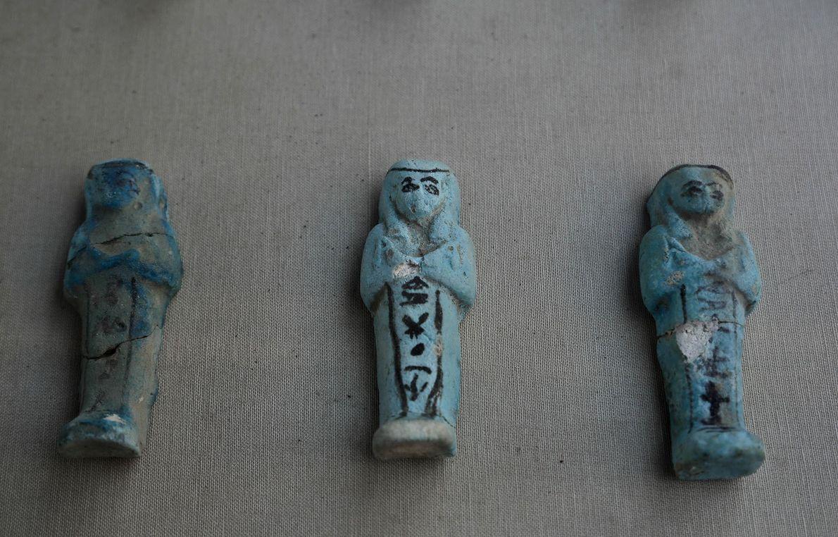 Des statuettes ouchebtis sont exposées devant le tombeau du Nouvel empire découvert ce samedi. Les ouchebtis ...