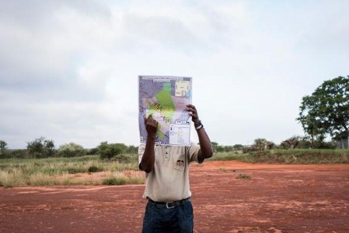 Ben Okita, chef des opérations de recherche pour Save the Elephants, indique les zones des deux ...