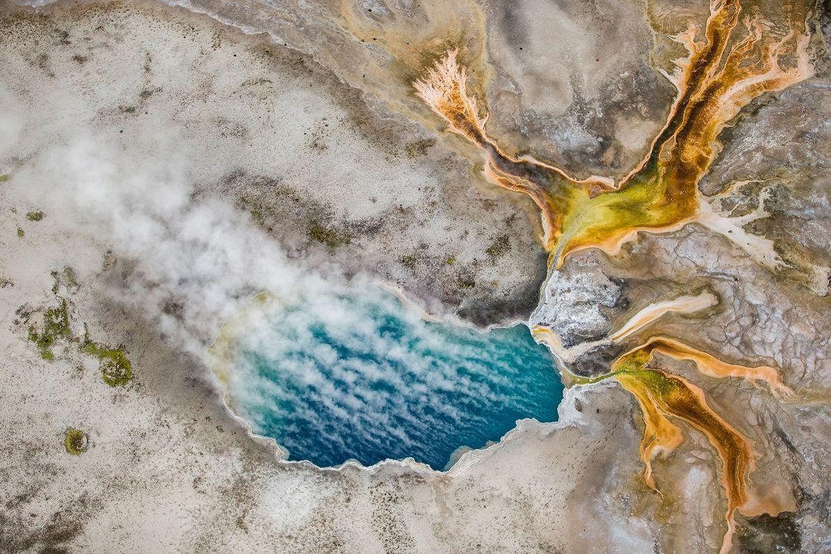 Photographie en plongée de Gentian Pool dans le Lower Geyser Basin du parc national du Yellowstone.