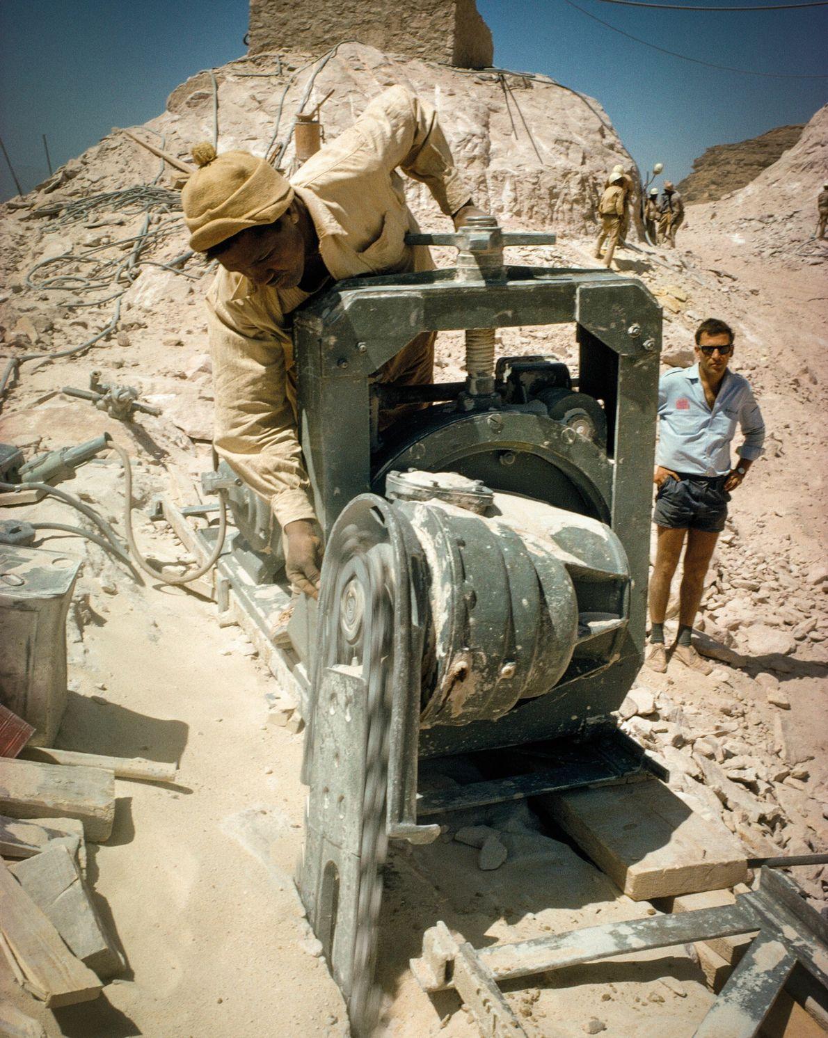 Des scies électriques sont utilisées pour tailler les blocs de pierre de la partie supérieure du ...