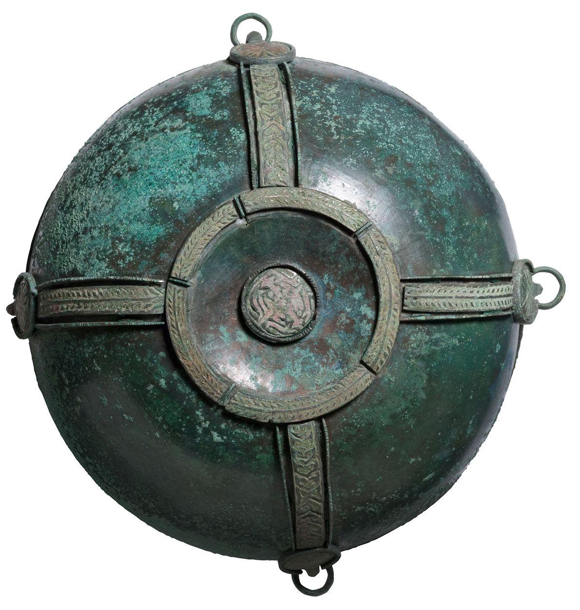 Ce bol en alliage de cuivre a été découvert toujours pendu au mur du tombeau 1 …