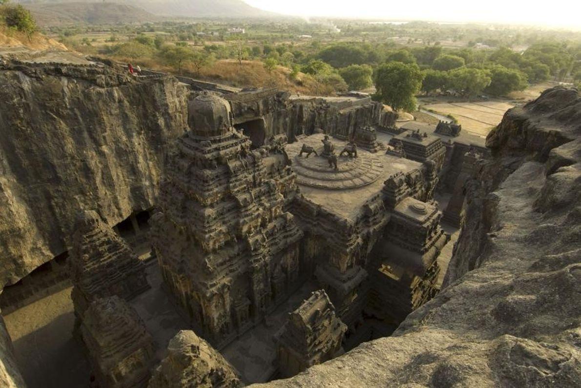 Les sculpteurs ont passé des décennies à façonner le Temple de Kailashnath au 8e siècle apr. ...
