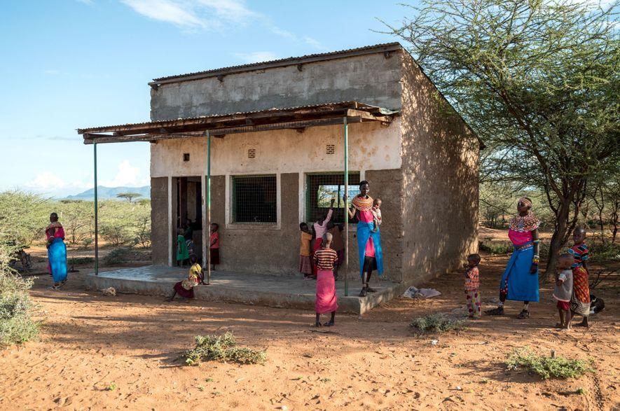 Des femmes Samburu attendent devant une classe pour commencer un cours sur le multimédia à l'école ...
