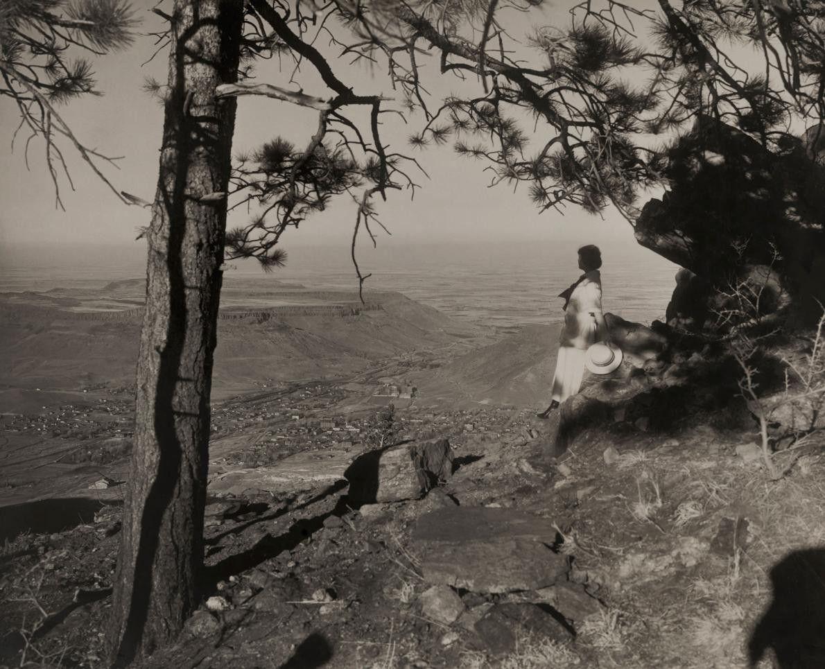 Une femme contemple la vallée Tahosa, dans le Colorado. Au cours de la grande migration aux ...