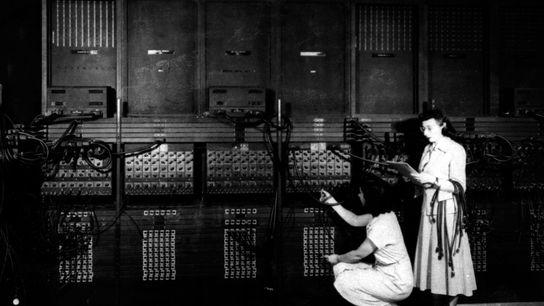 Deux programmatrices informatique connectent la partie droite de l'ENIAC (Electronic Numerical Integrator and Computer), l'un des ...