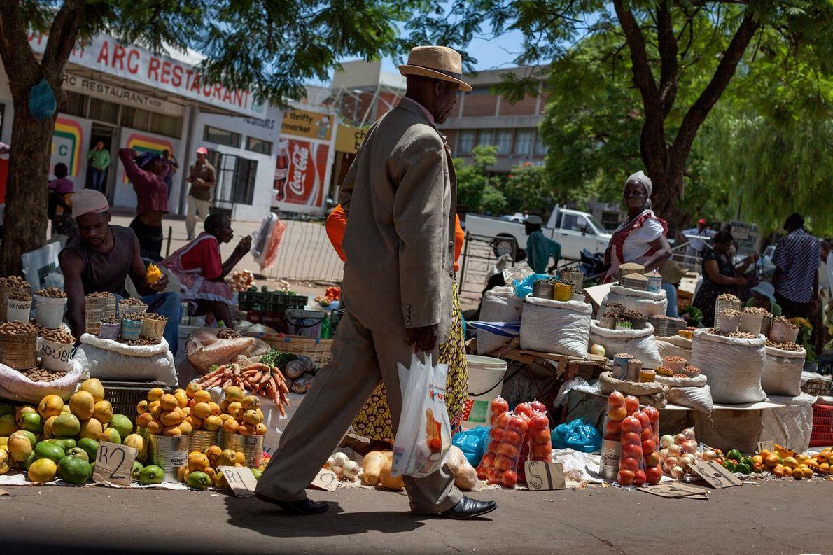 Dans une rue animée de Bulawayo, la réalité d'une économie en berne se fait ressentir. La ...
