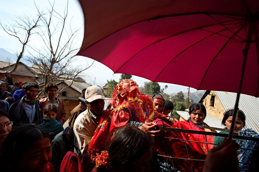 Surita Shreshta Balami, 16 ans, crie en protestation contre la procession nuptiale qui l'emmène à son nouveau domicile avec Bishal Shreshta Balami, 15 ans, dans le village de Kagati dans la vallée de Katmandou au Népal en janvier 2007. Le mariage précoce est une pratique courante au Népal. Le village de Kagati, communauté newar, est connu pour sa forte propension à l'appliquer. De nombreuses familles hindoues pensent que le fait de marier leurs filles avant leurs premières menstruations leur apportera des bénédictions.