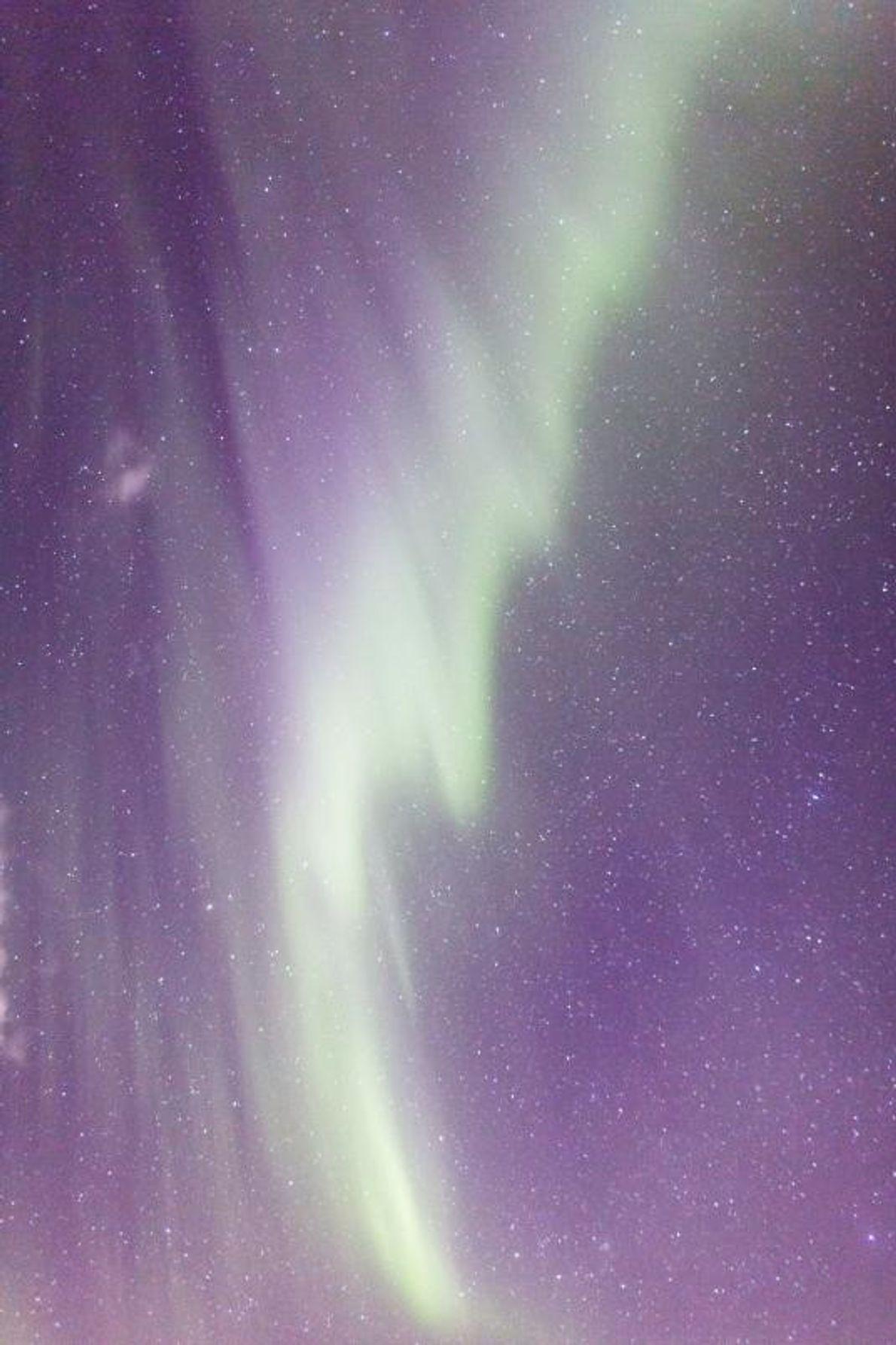 Des rubans de vert illuminent le ciel au-dessus de l'Islande.