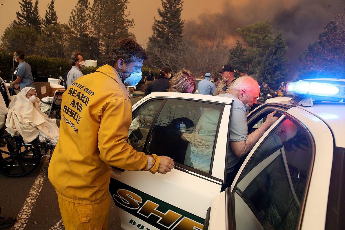 Le 8 novembre, le personnel hospitalier et des secouristes évacuent des patients de l'Hôpital Feather River, ...