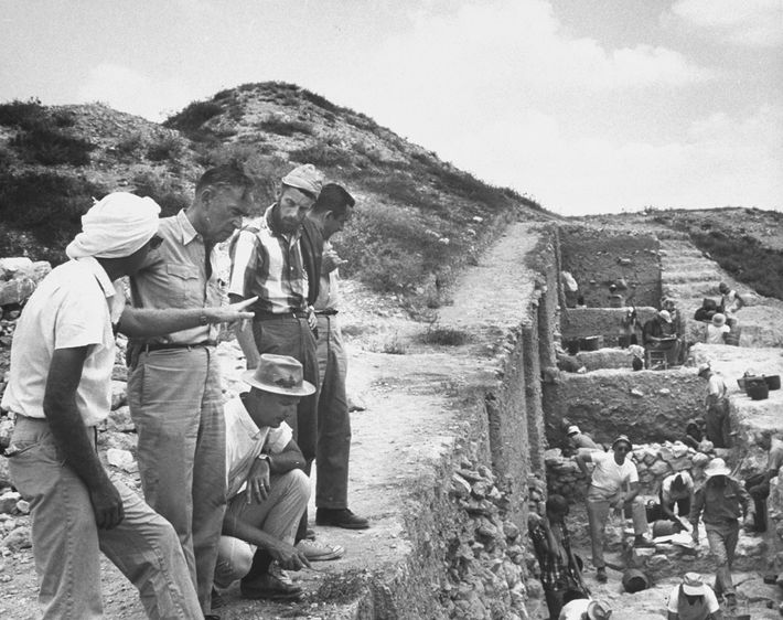 L'archéologue Nelson Glueck (deuxième à partir de la gauche) pensait avoir découvert les mines de Salomon ...