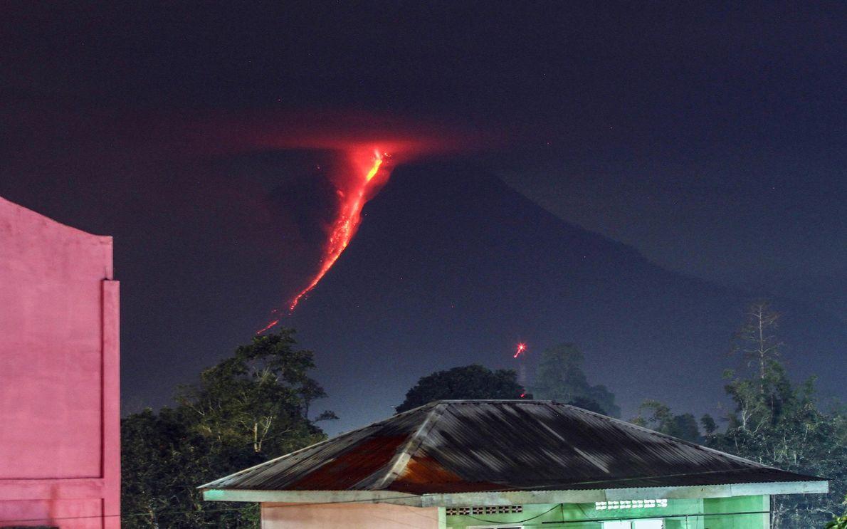 De la lave s'écoule sur les flancs du Sinabung sur cette photographie prise en 2018 à ...