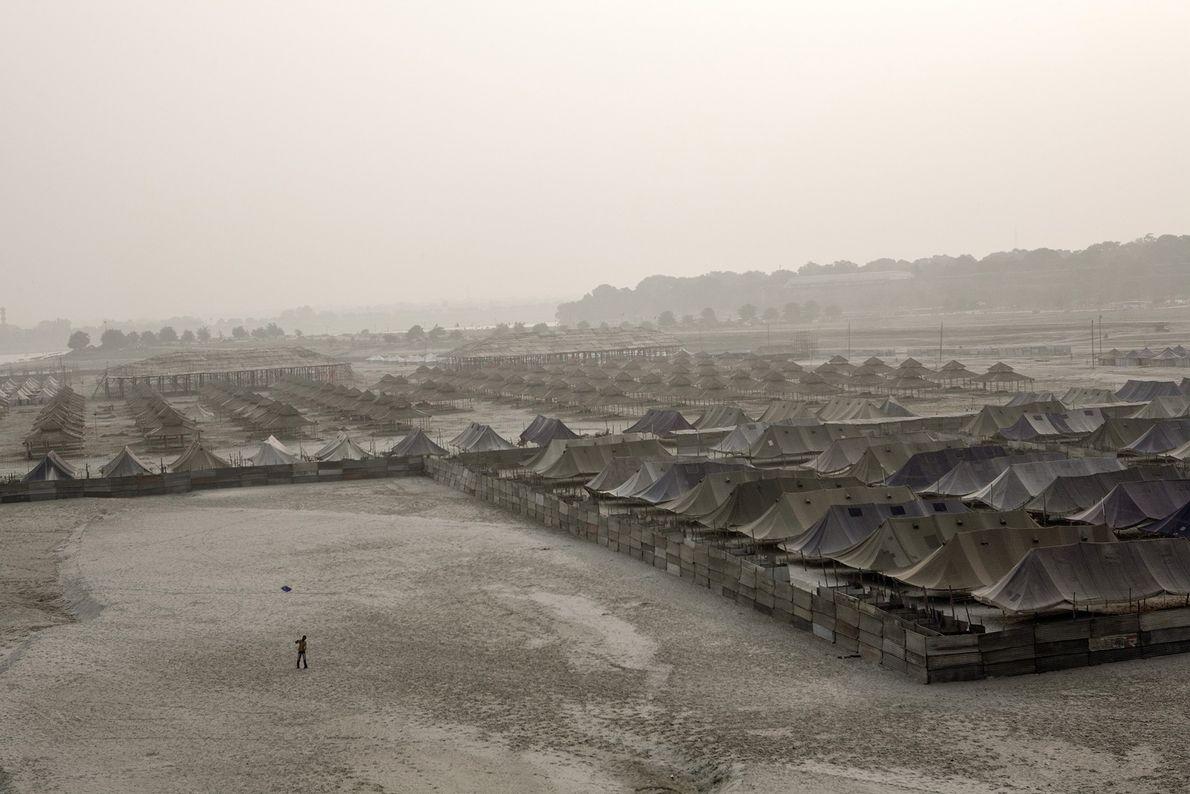 Une ville construite à partir de tentes vue d'en haut, durant la préparation de Kumbh Mela, ...