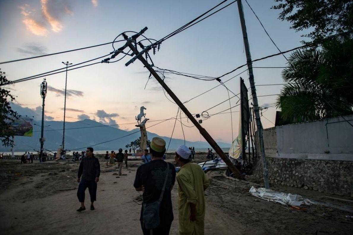 Suite au tsunami, des habitants surveillent l'horizon à Palu.