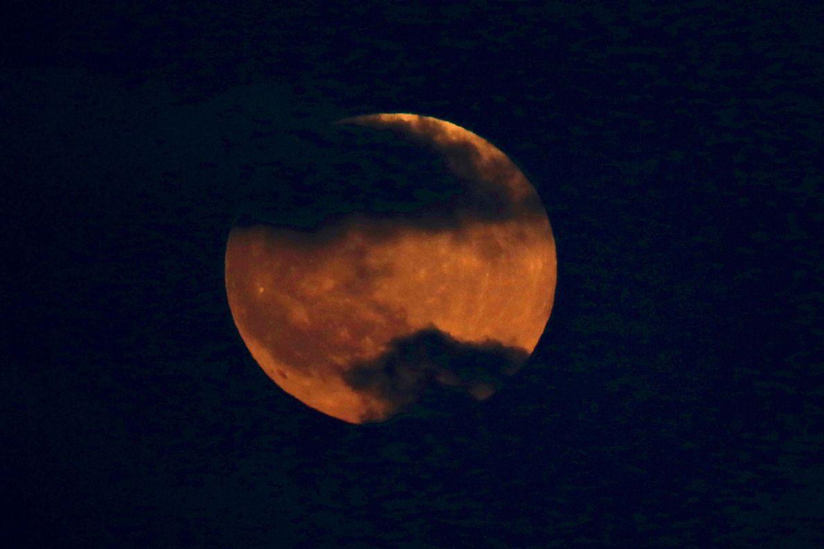 La lune rousse se lève sur Tel Aviv, en Israël, le 27 juillet.
