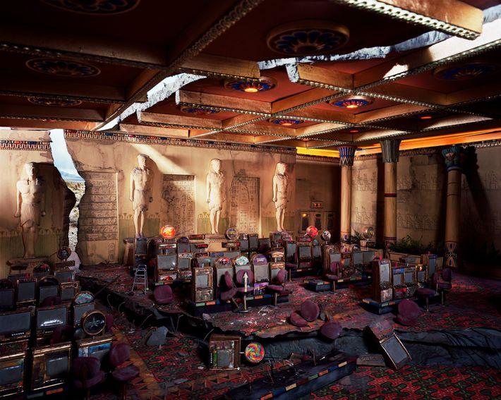 Les rayons de soleil inondent un casino abandonné à travers des fissures au plafond et dans ...