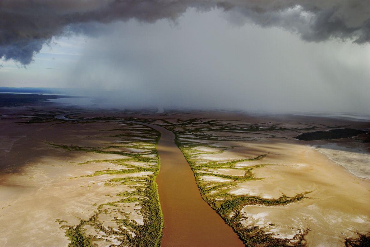 Des nuages de pluie surplombent la rivière de Wyndham, en Australie.