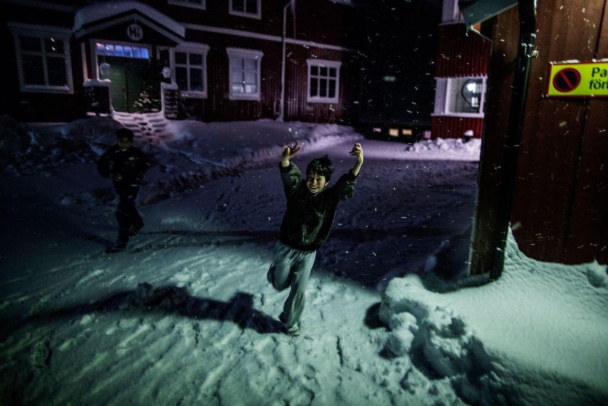 Image d'un enfant courant dans la neige