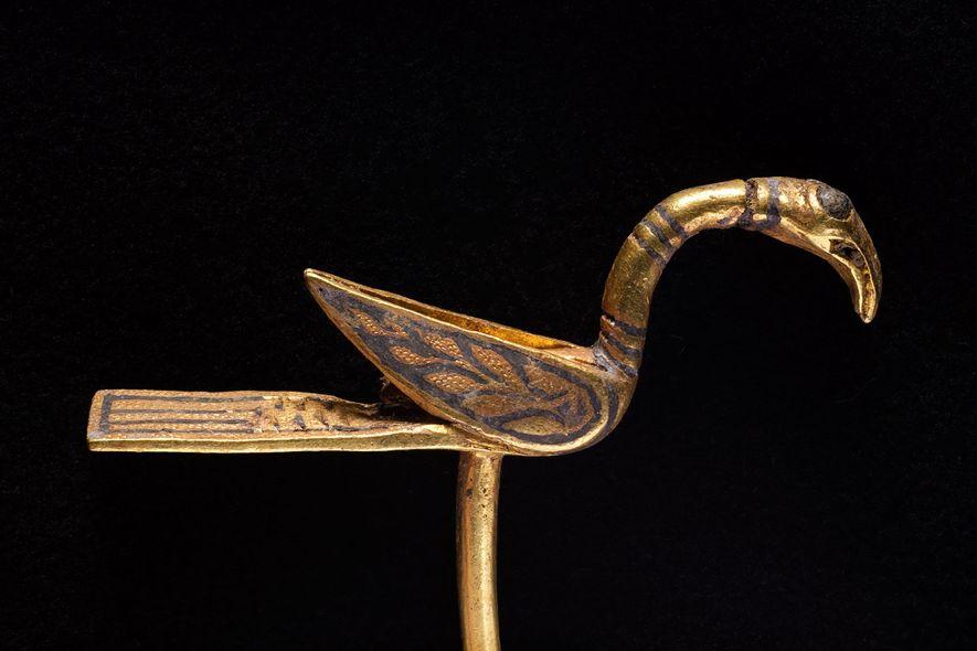 Cet objet en or et en forme d'oiseau serait probablement une épingle décorative ou un pointeur ...