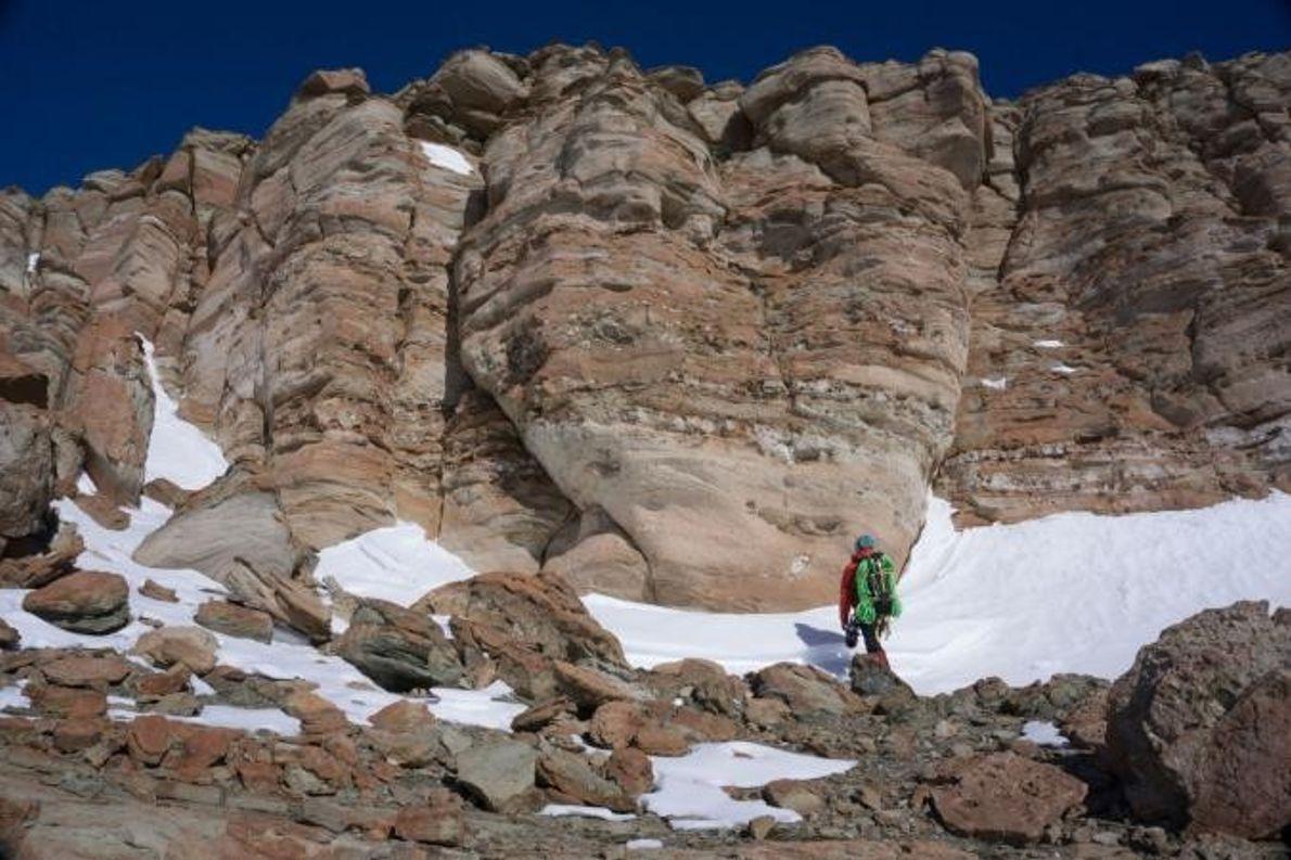 Des couches de roches exposées composent le promontoire McIntyre. Erik Gulbranson arpente ces roches à la ...