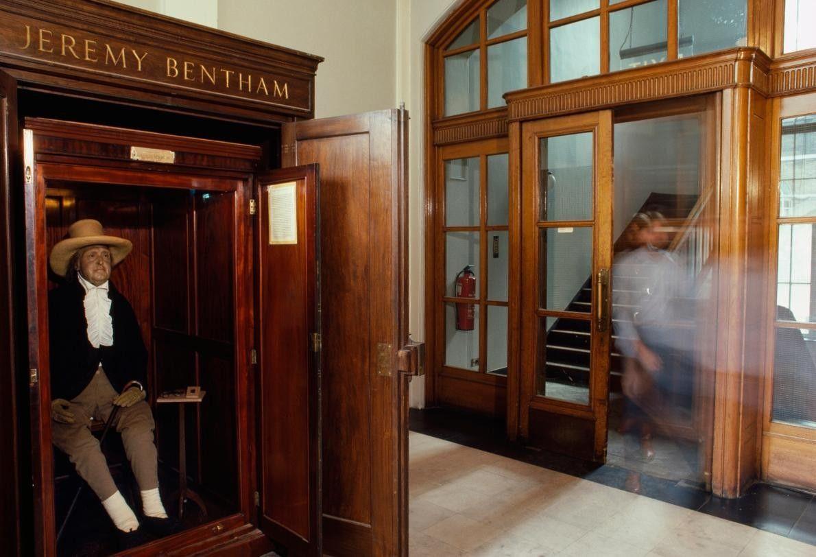 Le squelette de Jeremy Bentham rembourré de foin, habillé et surmonté d'une tête en cire, est ...