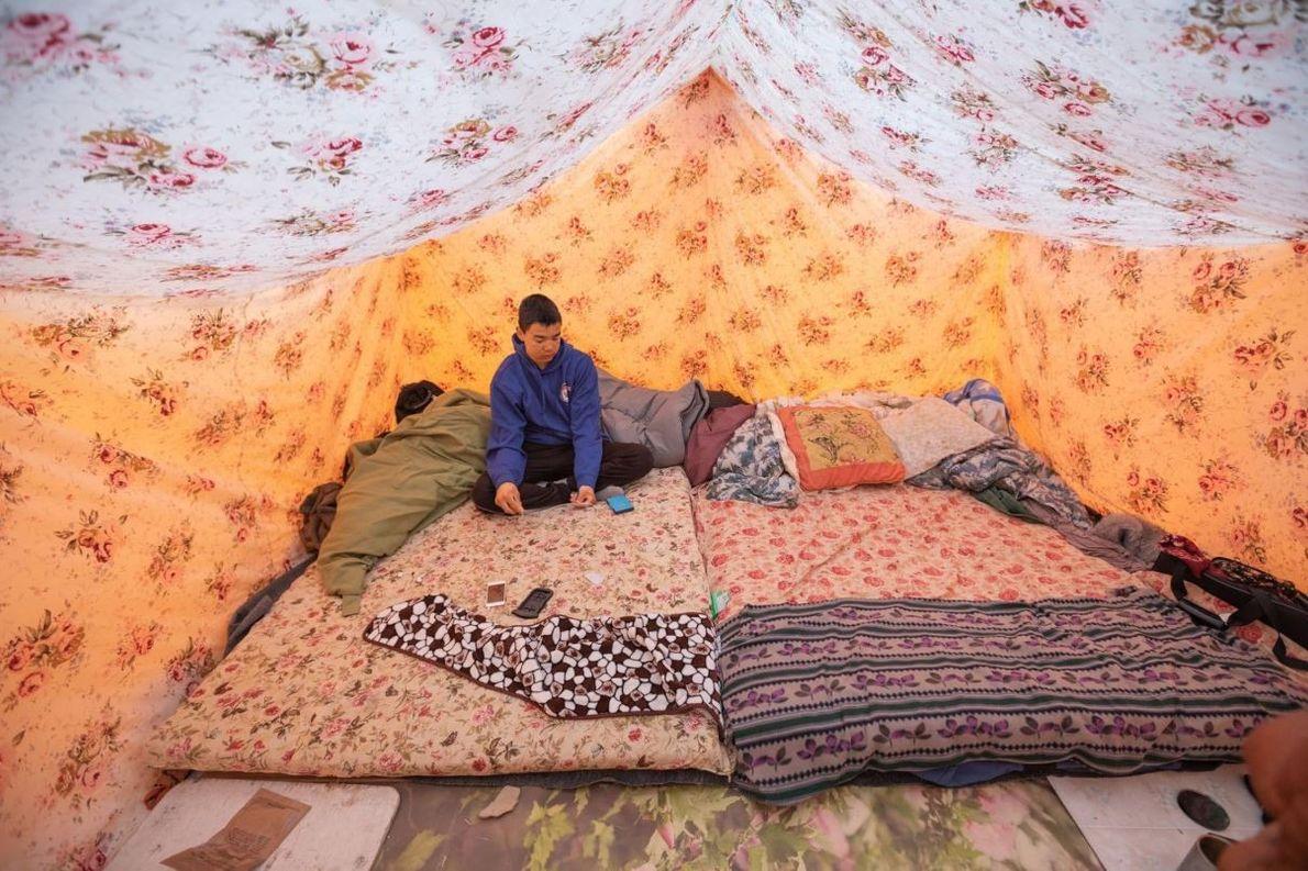 Après avoir chassé, Lloyd Willie se repose dans la tente familiale du camp de Nuvukutaak, un ...