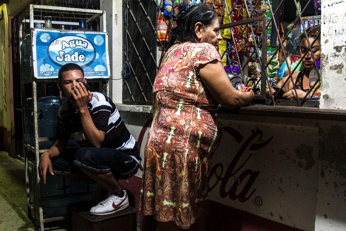 La coexistence des locaux et des gangs fait partie de la vie quotidienne du quartier. De ...