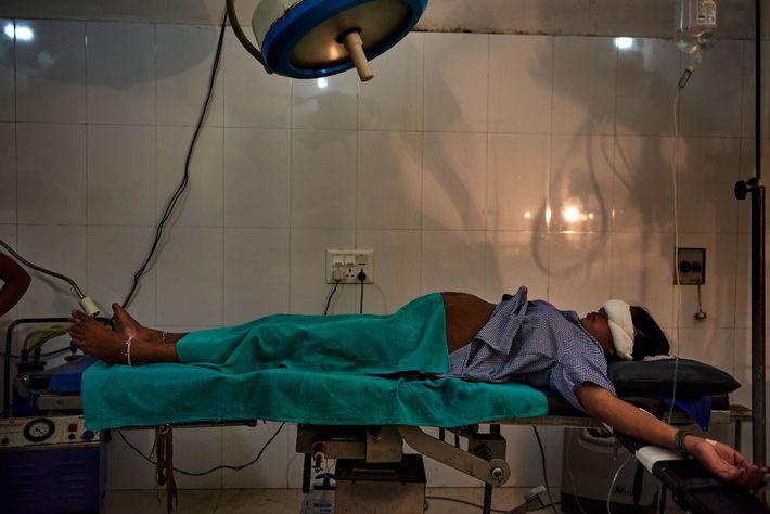 Dans un hôpital de Shravasti, une femme est allongée dans une salle de travail avant d'accoucher ...