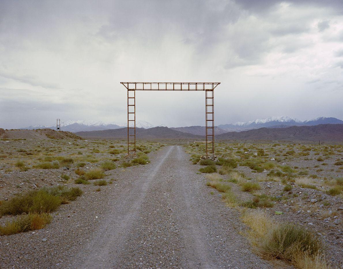 Un portail surplombe une route désertique en bordure de la ville de Yumen dans la province ...