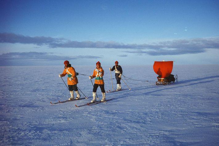 Accompagnée de son équipe, Myrtle Simpson traverse la banquise du Groenland en ski. L'équipe doit accélérer ...