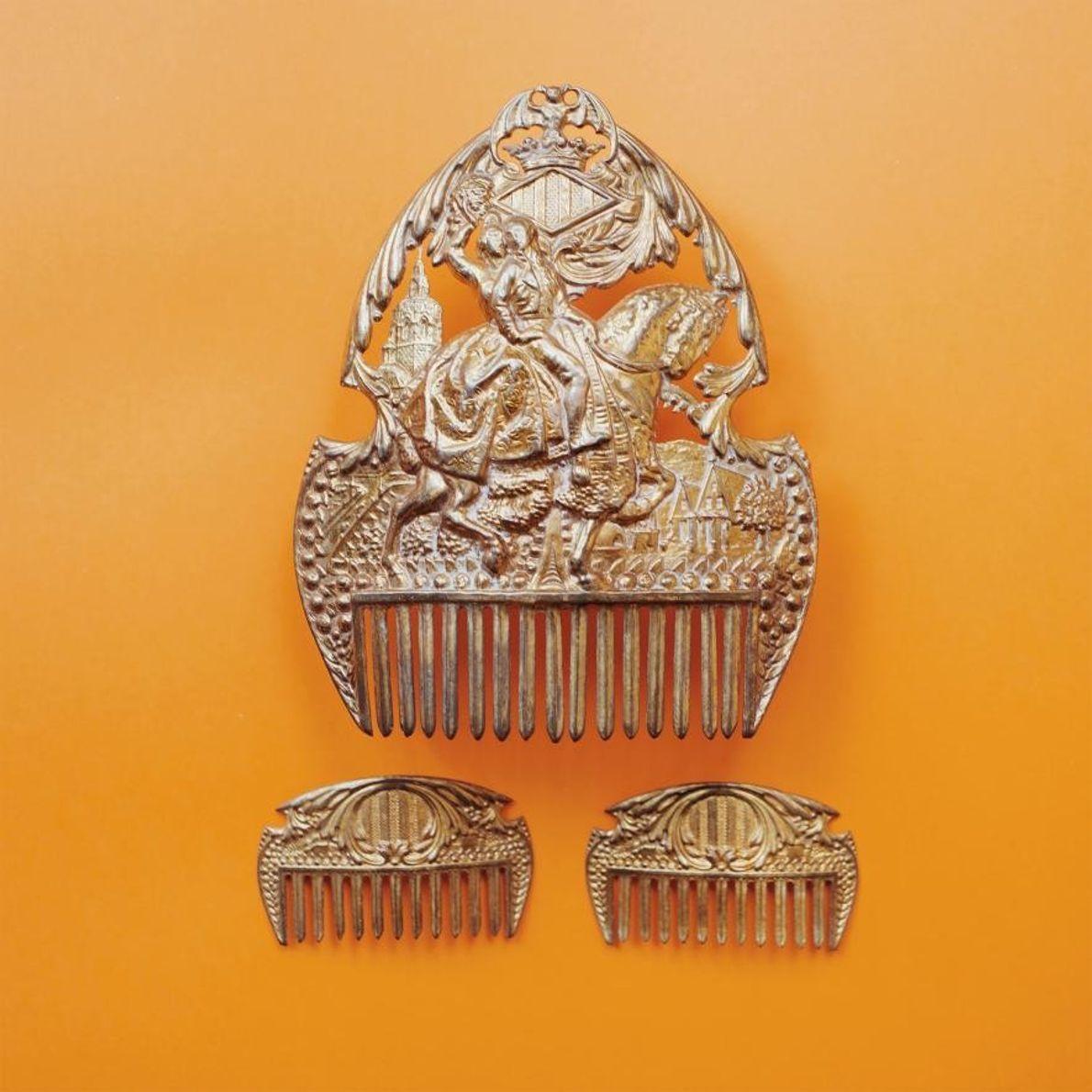Les « peinetas », ces grands peignes à cheveux, constituent un accessoire indispensable de la tenue ...