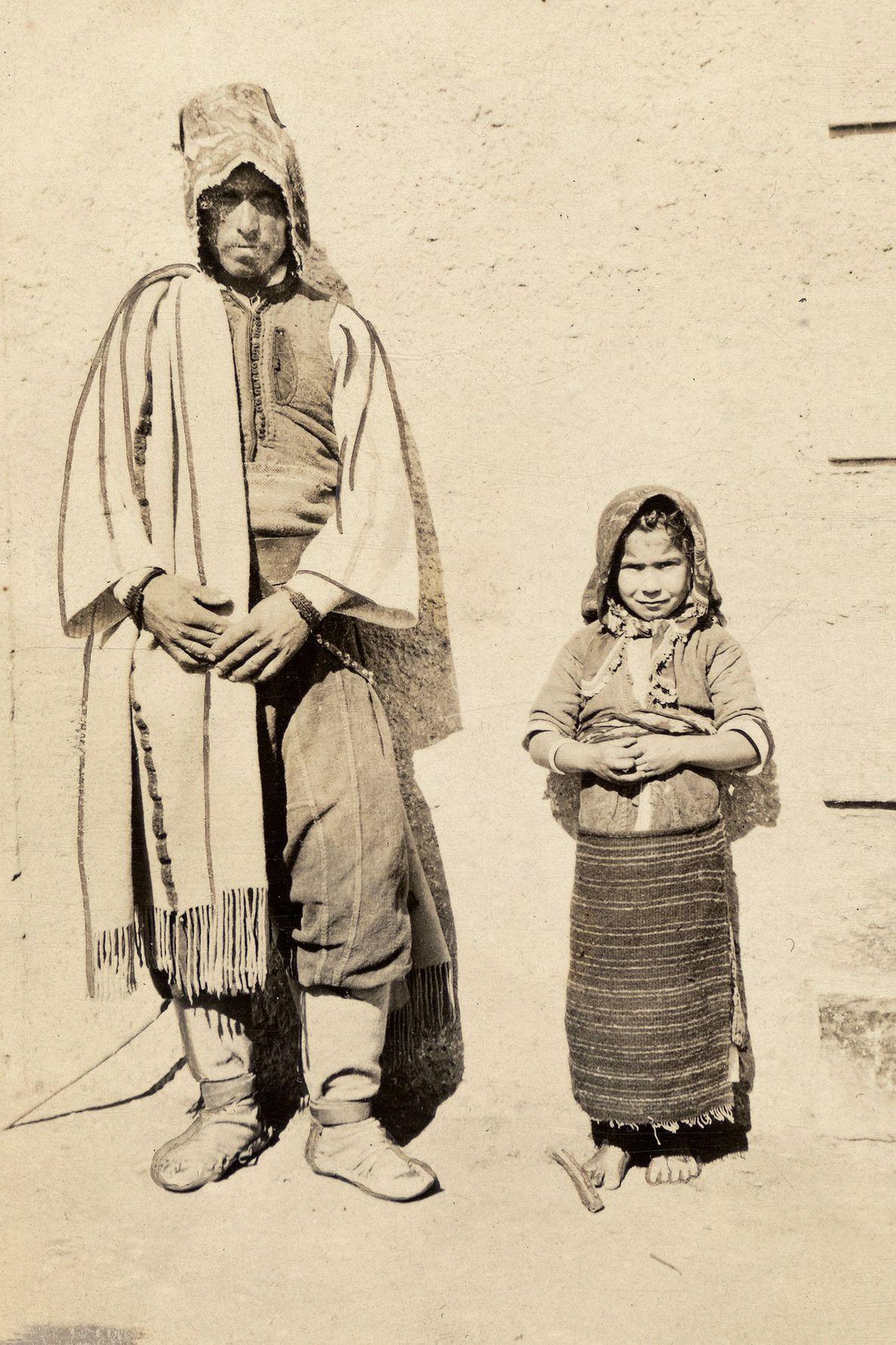 À Dráma, en Grèce, père et fille adoptent la même posture pour ce cliché.
