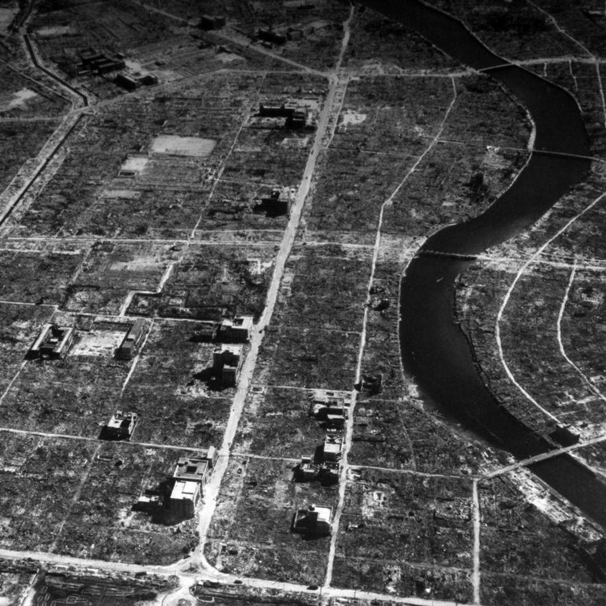 HIROSHIMA - Trois semaines après l'impact, une vue aérienne de la ville japonaise montre l'ampleur de ...