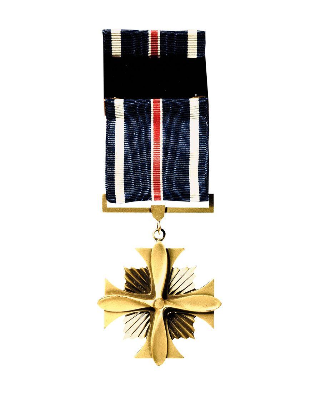 En plus d'être la première femme à avoir établi des records en vol solitaire, Earhart est également la première femme à avoir reçu la Distinguished Flying Cross, une décoration militaire qui lui a été remise par le Congrès des États-Unis en 1932 pour « héroïsme ou actes extraordinaires accomplis en vol. »