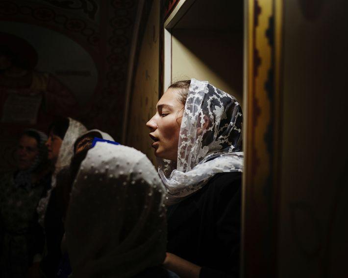 Dans une église d'Avdarma, une femme membre du chœur chante lors des festivités appelées « Hederlez ...