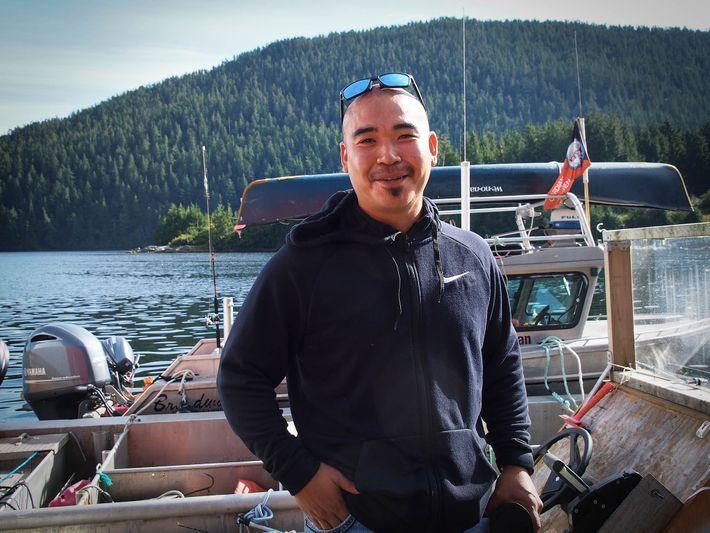 Doug Neasloss, élu chef de la tribu Kitasoo/Xai'Xais, a participé à la création de la cabane ...