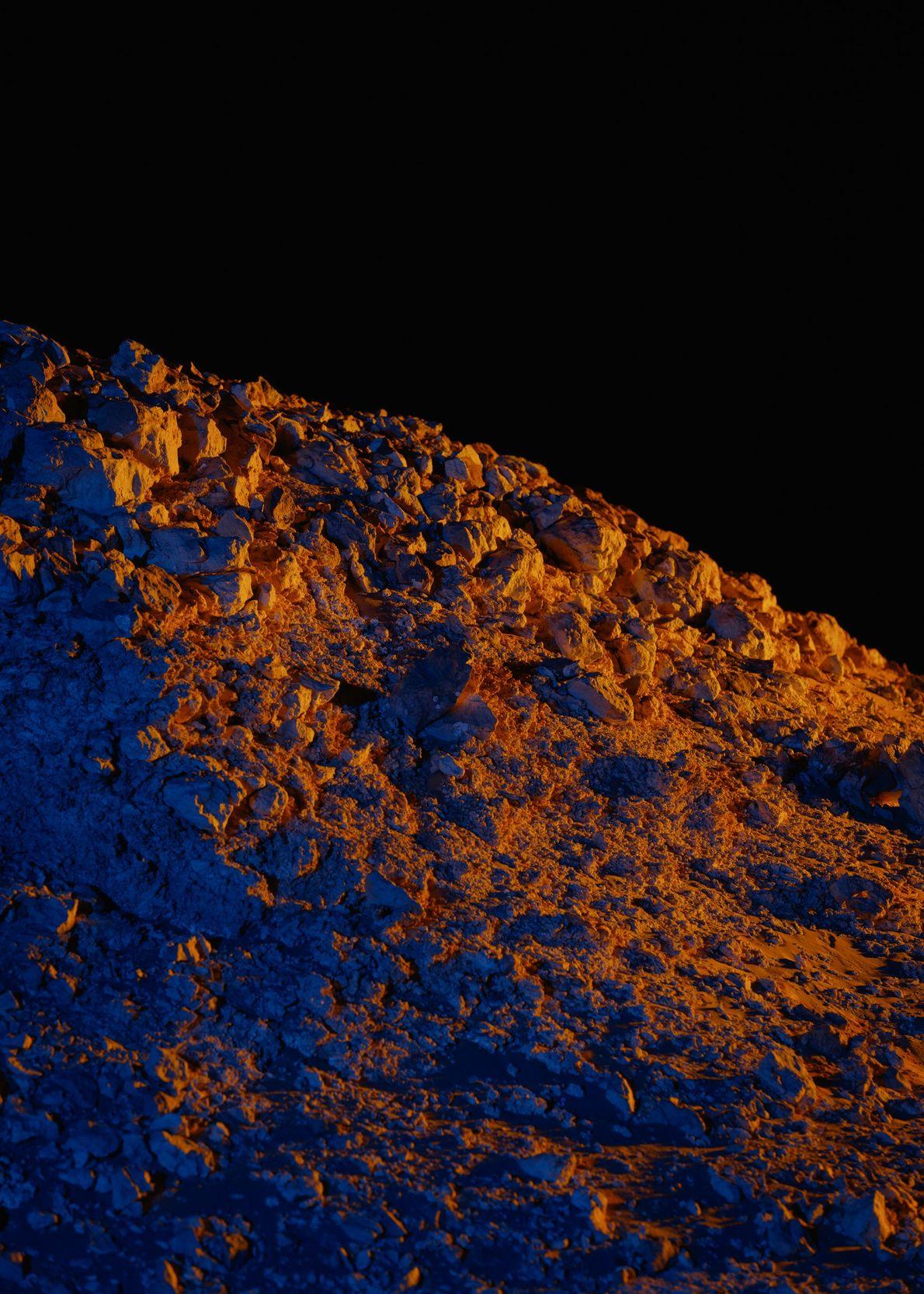 La lumière artificielle fait ressortir un affleurement rocheux au nord de la Station Kepler.