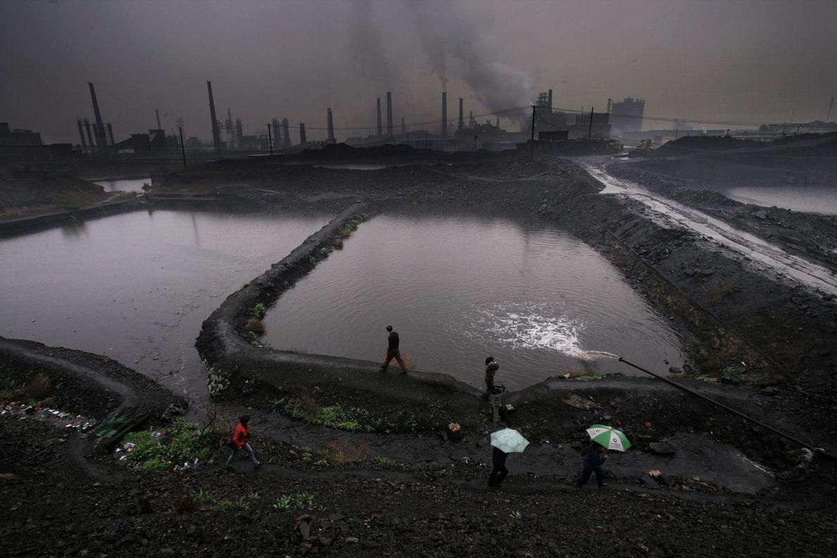 Une usine se dresse à l'horizon de l'ancienne ville de Hancheng, un important producteur de charbon ...