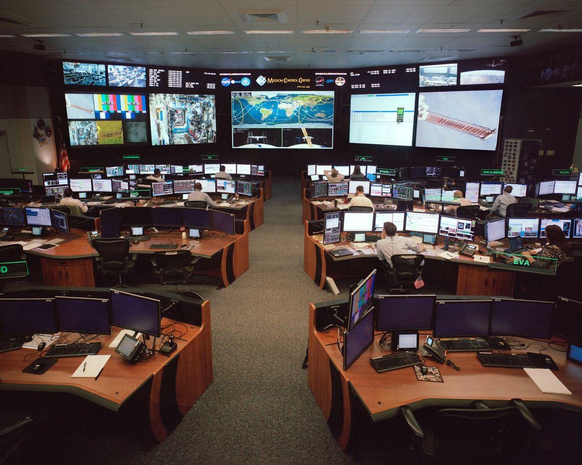 Dans cette salle du Centre spatial Johnson, des scientifiques surveillent que tout va bien dans la ...