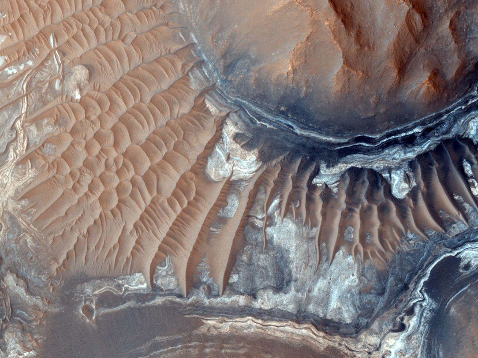 Des dunes de sable entourent Aram Chaos, un cratère d'impact érodé à l'est de la chaîne ...