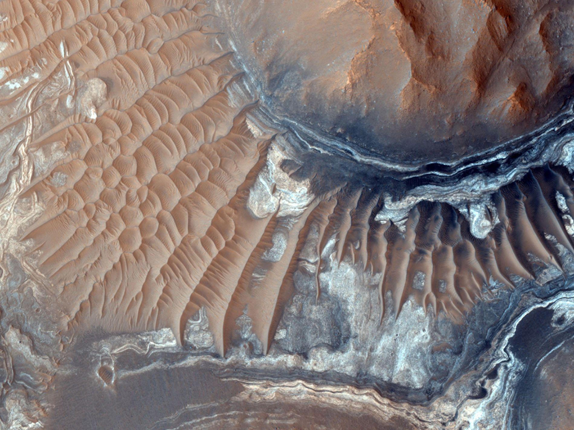 Des dunes de sable entourent Aram Chaos, un cratère d'impact érodé à l'est de la chaîne de canyons Valles Marineris, sur Mars.