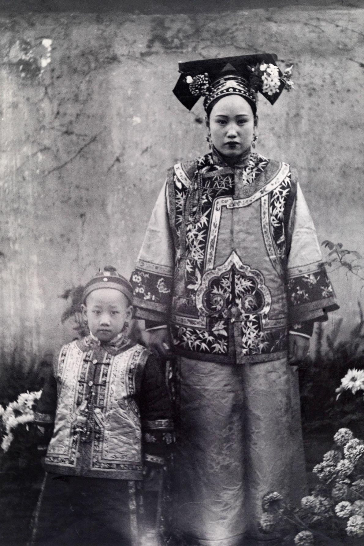 Une mère chinoise et son enfant portent des vêtements traditionnels de la région de Mandchourie en ...