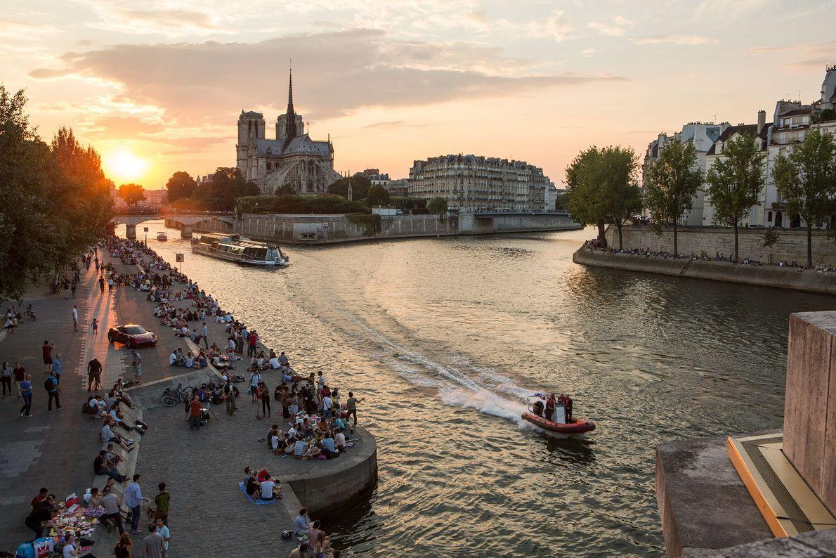 Les rives de la Seine attirent de nombreux Parisiens au coucher du soleil.