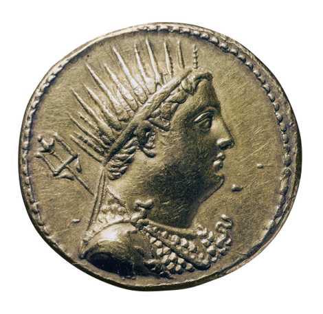 Une pièce en or représente Ptolémée III Évergète Iᵉʳ, roi d'Égypte, au troisième siècle avant Jésus-Christ, avec une couronne rappelant celle d'Hélios. Bibliothèque Nationale, Paris
