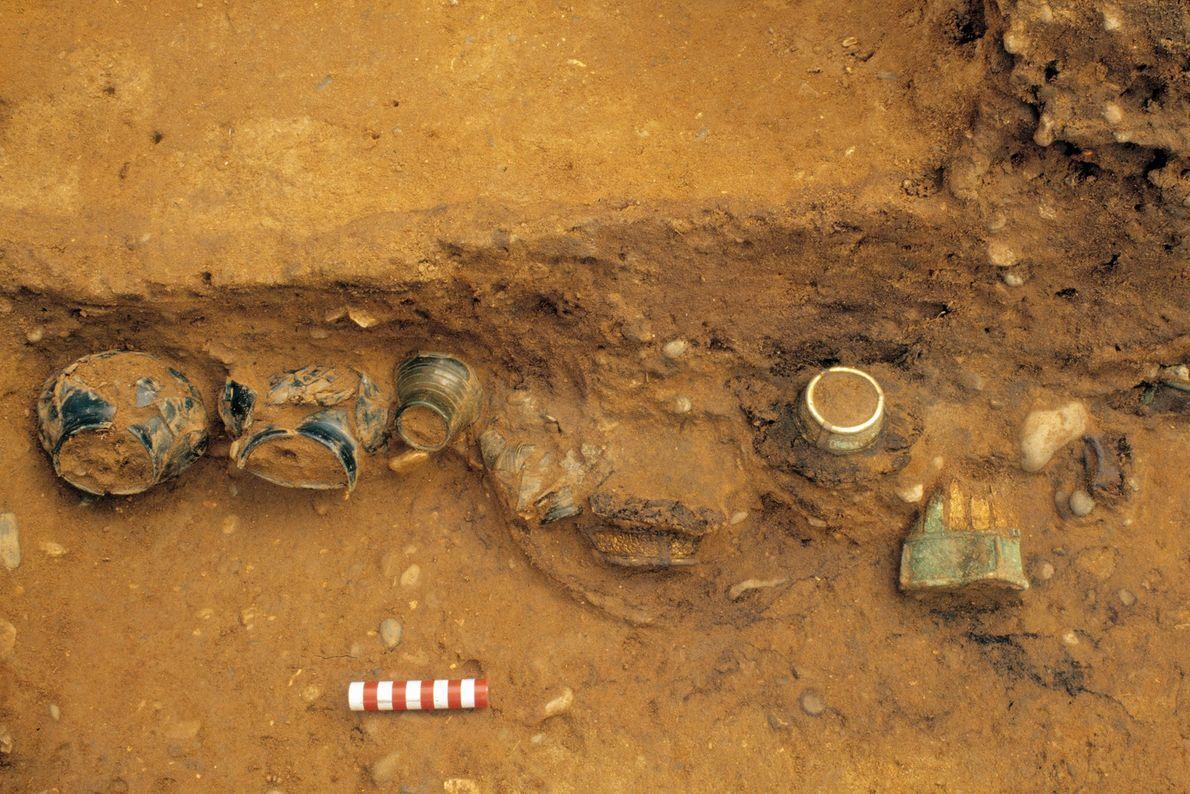 Des récipients émergent de la chambre funéraire lors des fouilles menées en 2003.