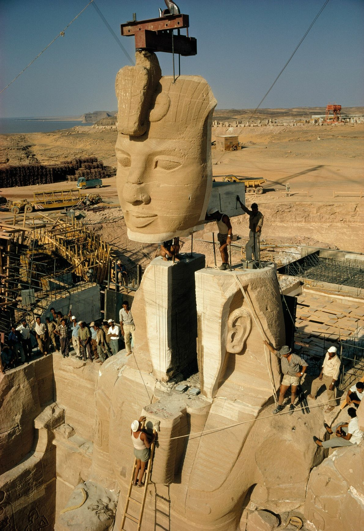 Le visage de Ramsès II est abaissé vers le corps de la statue. Un contrepoids en béton ...
