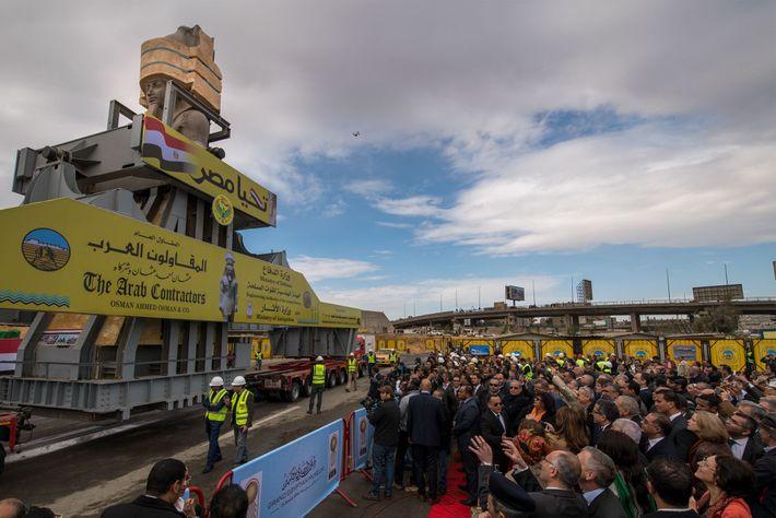 La foule se réunit pour voir passer la statue de Ramsès II.